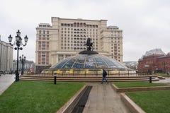 Hotel de cuatro estaciones en el cuadrado de Manezh y un monumento a George Fotografía de archivo