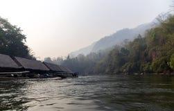 Hotel de flutuação da jangada no rio Kwai Foto de Stock Royalty Free