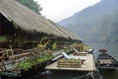 Hotel de flutuação da jangada no rio Kwai Fotos de Stock Royalty Free