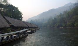 Hotel de flutuação da jangada no rio Kwai Imagens de Stock Royalty Free