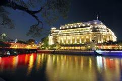 Hotel de Fullerton y el horizonte de Singapur CBD Foto de archivo libre de regalías