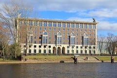Hotel de Krestovskaya nos bancos do rio de Neva em uma mola a Dinamarca fotos de stock