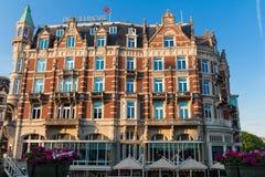 Hotel de l Europa ist ein Hotel mit fünf Sternen, das auf dem Amstel-Fluss gelegen ist Das Hotel des 19. Jahrhunderts wurde ein o Lizenzfreie Stockbilder
