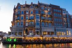Hotel de l Europa ist ein Hotel mit fünf Sternen, das auf dem Amstel-Fluss gelegen ist Das Hotel des 19. Jahrhunderts wurde ein o Lizenzfreies Stockfoto