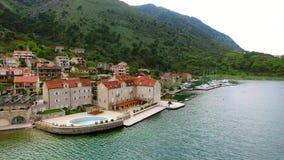Hotel de la élite en la orilla de la bahía de Kotor en Montenegro La antena shoo metrajes