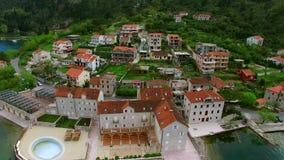 Hotel de la élite en la orilla de la bahía de Kotor en Montenegro La antena shoo almacen de video