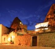 Hotel de la cueva en la noche Goreme Turquía Fotografía de archivo