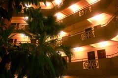 Hotel de la noche con el interior de las palmeras brillado Imagenes de archivo