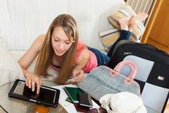 Hotel de la reservación de la muchacha en línea fotografía de archivo libre de regalías