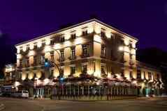 Hotel de las habitaciones de los cisnes en la noche Imagenes de archivo