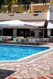Hotel de lujo con la piscina Foto de archivo libre de regalías