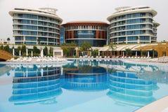 Hotel de lujo con la reflexión en la piscina. Foto de archivo