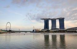 Hotel de lujo en la puesta del sol en Marina Bay, Singapur Fotos de archivo