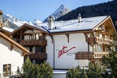 Hotel de madeira moderno do recurso & dos termas de Ferienart no recurso suíço encantador da Saas-taxa Imagens de Stock Royalty Free