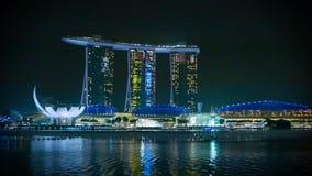Hotel de Marina Bay Sands en la noche con la reflexión en agua metrajes