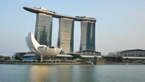 Hotel de Marina Bay Sands y museo de ArtScience en la puesta del sol metrajes