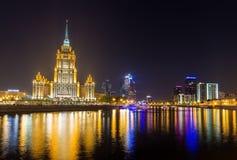 Hotel de Oekraïne en Moskou-Stad in de avond Stock Afbeelding