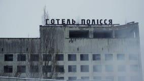 Hotel de Polissya en el humo, Pripyat Chernóbil Ucrania almacen de video