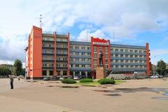 Hotel de Rússia em um quadrado central da cidade de Sovetsk foto de stock