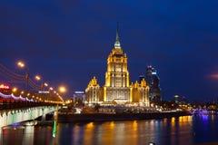 Hotel de Ucrania (hotel real de Radisson) en la iluminación de la noche imagenes de archivo