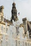 Hotel de ville en París, fuente y bandera imagenes de archivo