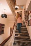 Hotel del añil 10 de diciembre de 2017 Londres, Reino Unido El recorrer de la chica joven Imagenes de archivo