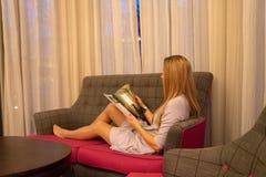 Hotel del añil 10 de diciembre de 2017 Londres, Reino Unido Libro de lectura de la muchacha i Imágenes de archivo libres de regalías