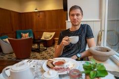 Hotel del añil, Londres, Reino Unido 20 de diciembre de 2017 Hombre joven que tiene Br Imagen de archivo libre de regalías