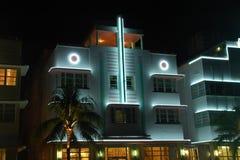 Hotel del art déco en playa del sur en la noche Imágenes de archivo libres de regalías