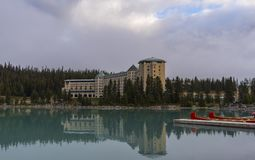 Hotel del castello di Fairmont riflesso in Lake Louise Fotografia Stock