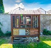 Hotel del insecto Casa de madera para el insecto, insecto, abejas Hogar animal decorativo, concepto de agricultura amistosa ecoló imagen de archivo
