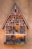 Hotel del insecto con los compartimientos y los componentes naturales fotos de archivo libres de regalías