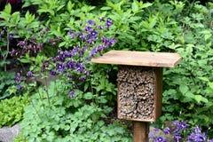 Hotel del insecto en un jardín Fotos de archivo