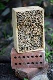 Hotel del insecto en un jardín Foto de archivo