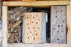 Hotel del insecto hecho de la madera y de las plumas Fotos de archivo libres de regalías