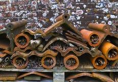Hotel del insecto, madera reciclada, macetas de la terracota y tejado hasta Fotos de archivo libres de regalías