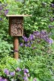 Hotel del insecto para las abejas salvajes y otros insectos hecho de la madera y de b Fotografía de archivo libre de regalías