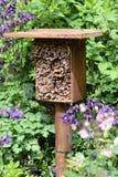 Hotel del insecto para las abejas salvajes y otros insectos hecho de la madera y de b Fotografía de archivo