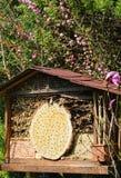 Hotel del insecto para las abejas salvajes y otros insectos hecho de la madera y de b Foto de archivo libre de regalías