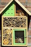 Hotel del insecto para las abejas solitarias Imagenes de archivo