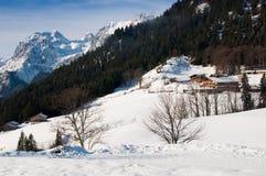 Hotel del invierno de las montañas Imagen de archivo libre de regalías