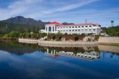 Hotel del lago Fotografía de archivo libre de regalías