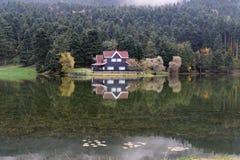 Hotel del pueblo en otoño imágenes de archivo libres de regalías