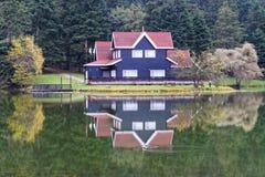Hotel del pueblo en otoño fotos de archivo libres de regalías