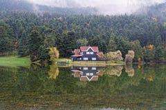 Hotel del pueblo en otoño imagenes de archivo