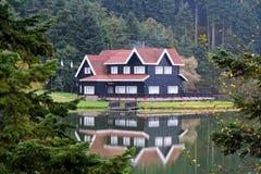 Hotel del pueblo entre árboles imagen de archivo