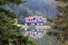 Hotel del pueblo entre árboles foto de archivo