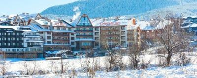 Hotel del St Ivan Rilski y panorama de las montañas de la nieve en la estación de esquí búlgara Bansko Imagen de archivo