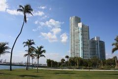 Hotel del sur de la playa con las palmeras Imágenes de archivo libres de regalías
