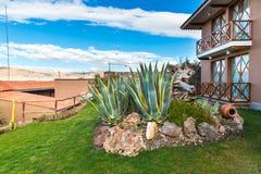 Hotel dell'alta società e cortile d'invito sul lago Titikaka, Perù nel Sudamerica Immagine Stock Libera da Diritti
